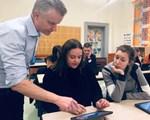 Veileder Knut viser lærere læringsteknologi