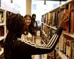 Elever på skolebibliotek.
