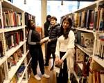 Elever på bibliotek