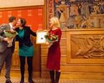 Jan Magnar Hatlemark og Marte Gerhardsen får blomster og diplom av byråd for miljø og samferdsel Hanna Marcussen
