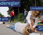 Elevene på Nordstrand skole lærer om livredning ute.
