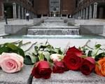 Roser ved Rådhuset etter minnekonsert 22. juli 2012